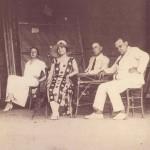 Σε πρόβα από παράσταση του 1918, δεξιά ο Αιμίλιος Βεάκης